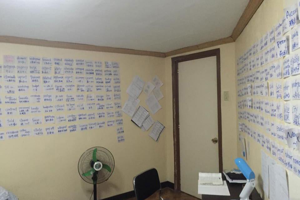 セブ留学のクロスロードでは部屋に英単語を貼る