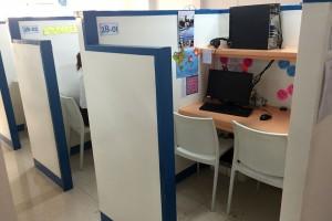 セブ島のQQシーフロント校のマンツーマン教室、各ブースにはオンライン英会話用のパソコンが設置