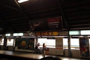 マニラのEDSA駅。電車が走ってるが、通勤時はすごい混むので注意