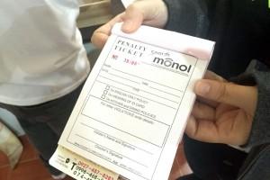 MONOLでは、EOPを破った生徒にはペナルティが。駐車違反のような紙が渡されます。罰金払うか、自習して地道に罰金を減らすか。