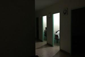 ジュニア専門学校のパインス・クラークアカデミーの自習室で、夜遅くまで勉強する子供たち