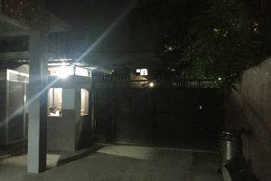 セブの格安学校GLANTのゲートは夜間は閉まってて警備員がいる