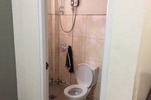 学校のトイレとシャワー