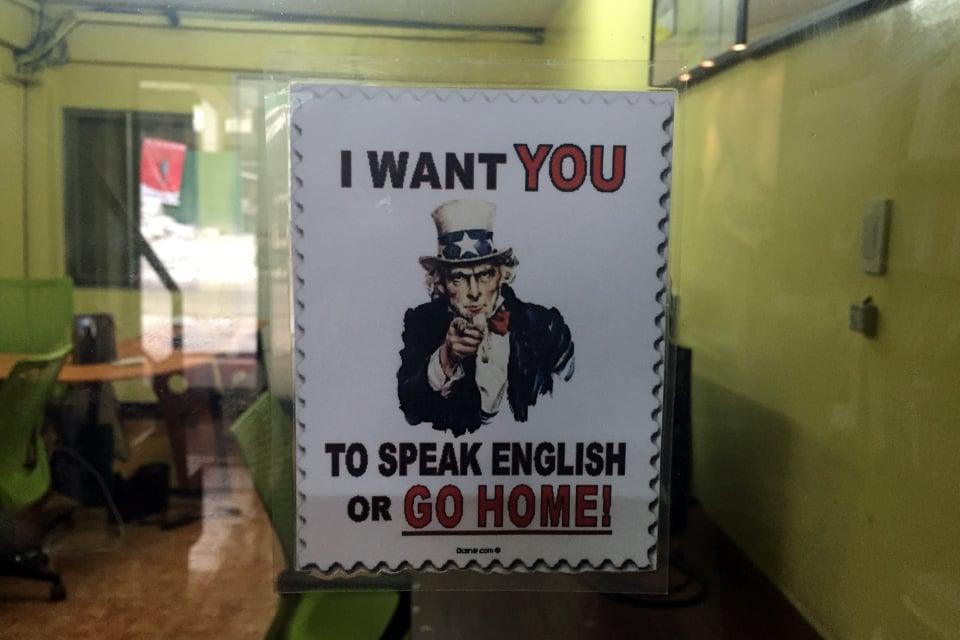 サウスピークの日本語禁止校舎EOPの職員室