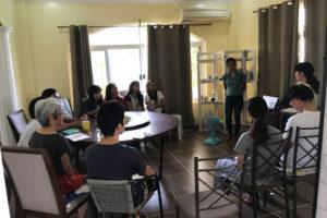 ドゥマゲテの英語実践学校DETiのグループクラスでの発表