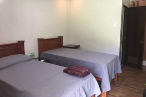 部屋にはベッドが2つあるが、基本的にすべて1人部屋。約10部屋なので定員10名