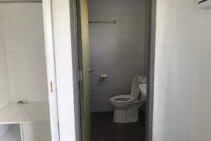 We Academyの部屋内のシャワーとトイレ